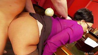 Big ass secretary feels the young man's cock pretty deep